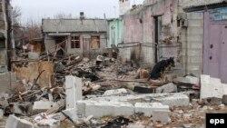 Собака среди обломков разрушенного здания в Донецке. Украина, 11 ноября 2014 года.