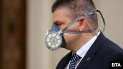 В неделя служителите в президентството бяха с маски