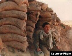 Иран-Ирак соғысына қатысушы Сейд Хажи Женахи жертөле алдында отыр. Сурет жеке мұрағаттан алынған.