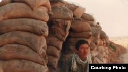 Участник ирано-иракской войны Сейд Хажи Женахи сидит перед землянкой. Фото из семейного альбома.