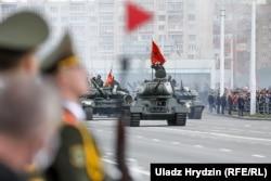 Parada militară care marchează 75 de ani de la finalul celui de-Al Doilea Război Mondial are loc în Minsk, Belarus, pe 9 mai. Evenimentul cu o largă participare a avut loc în ciuda pandemiei de coronavirus. (Uladz Hrydzin, RFE/RL)