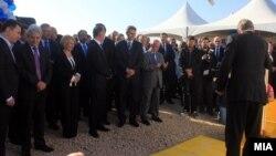 Премиерот Никола Груевски, лидерот на ДУИ Али Ахмети и градоначалникот на Тетово Теута Арифи присустуваа на поставувањето камен-темелник на Технолошко индустриска развуојна зона Тетово.