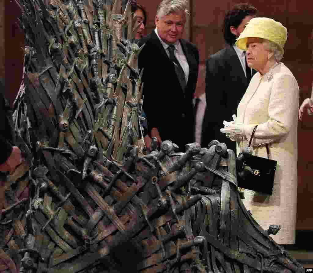 تاج و تخت و ملکه؛ سریال «بازیهای تاج و تخت»، از پربینندهترین مجموعههای سال ۲۰۱۴ بود. در این سال ملکه الیزابت، از استودیوی ساخت این سریال، که محصول شبکهHBO است، بازدید کرد.