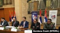 Egy a Koszovóval fennálló kapcsolat rendezéséről szóló kerekasztal-beszélgetés Belgrádban, középen Marko Đurić.