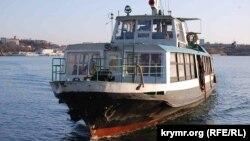 Пассажирский катер в Севастопольской бухте