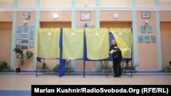 Одна з виборчих дільниць Києва, ранок 15 листопада 2015 року