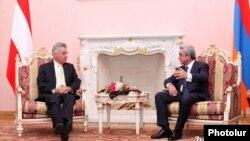 Президент Армении Серж Саргсян (справа) принимает в президентском дворце своего австрийского коллегу Хайнца Фишера, Ереван, 26 июня 2012 г.