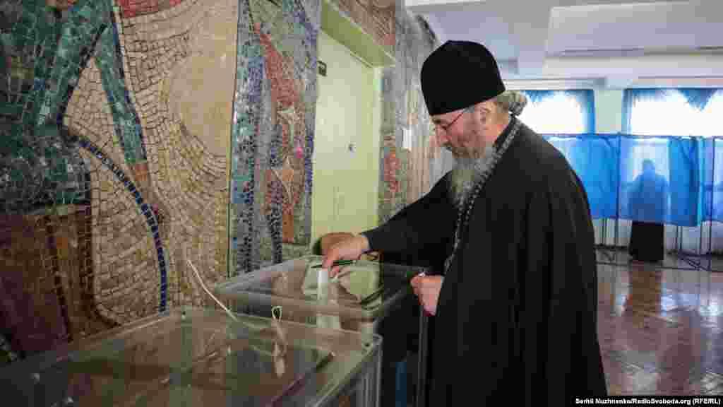 Предстоятель РПЦ в Україні Онуфрій голосує на дільниці