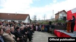 Presidentja e Kosovës Atifete Jahjaga gjatë fjalimit në Krushë të Vogël