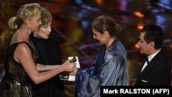 Вручение награды Американской киноакадемии американке иранского происхождения, инженеру Ануше Ансари (вторая справа), представляющей иранского кинорежиссера Асгара Фархади, чья кинокартина «Коммивояжер» стала обладателем премии «Оскар» в номинации «Лучший фильм на иностранном языке».
