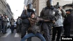 Полиция разгоняет акцию протеста в Петербурге