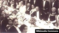 """Mustafa Kamal Atatürk """"Oktyabr inqilabı""""nın 10-cu ildönümü ilə bağlı Sovet səfirliyində təşkil edilmiş məclisdə. Ankara, 7 noyabr 1927"""