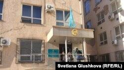 У здания районного суда в казахстанской столице. Иллюстративное фото.