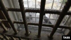 По словам Фатимы Маргиевой, в тюрьме сейчас начальником хороший человек, все деньги, выделяемые на содержание заключенных, тратятся по назначению. Но все остальное не изменилось: нет территории для прогулок, окна в камерах маленькие, почти под потолком, практически отсутствует медицинское обслуживание