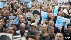 Иранцы на митинге с портретами аятоллы Али Хаменеи. Тегеран, 16 ноября 2012 года.