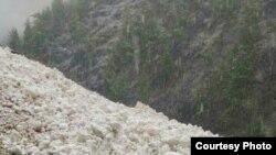 Три сноубордиста погибли, спровоцировав сход снежной лавины.