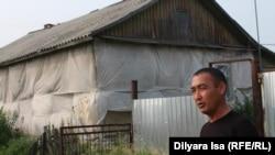 Айдынбек Кыдырбаев рядом с домом, в котором временно живет его семья. Село Краснознаменное, 23 июля 2016 года.