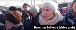 Жители района Афонино в Киселёвске собрались на опрос журналиста