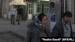 Прохожие рядом с рынком в Душанбе. 26 ноября 2015 года.