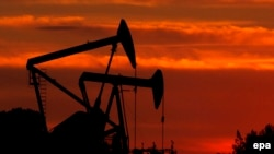 На нефтепромысле в американском штате Калифорния.