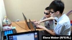 Компьютерный кружок для незрячих детей, который ведет Адиль Уралбаев. Караганда, 18 мая 2014 года.