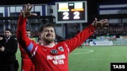 Президент Чечни Рамзан Кадыров во время матча со сборной ветеранов бразильского футбола. Грозный, 8 марта 2011 года.