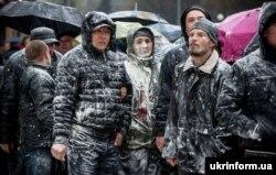 Антимайдан на Алеї Слави у Запоріжжі, обсипаний борошном. 13 квітня 2014 року