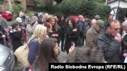 Новинари и медиумски работници протестираа пред Клубот на пратениците незадоволни поради одбивањето на четирите најголеми политички партии да ги вклучат новинарите во преговорите за реформата на медиумската сцена.