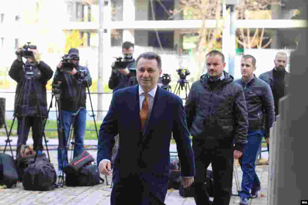 МАКЕДОНИЈА - Лидерот на ВМРО-ДПМНЕ и поранешен премиер Никола Груевски, доаѓа во Судот на рочиште за случајот Насилство во Центар. Груевски рече дека не се чувствува за виновен за насилствата во Општина Центар, а како невини во истиот случај се изјаснија и поранешниот министер за транспорт и врски Миле Јанакиески, кој е второобвинет во случајот, како и третообвинетата, пратеничката Даниела Рангелова.