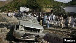 Сваби округінде жарылыс болған жерде тұрған адамдар. Пәкістан, 7 қараша 2011 жыл. (Көрнекі сурет)