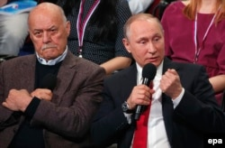 Film director Stanislav Govorukhin (left) and Russian President Vladimir Putin in St. Petersburg in April 2017