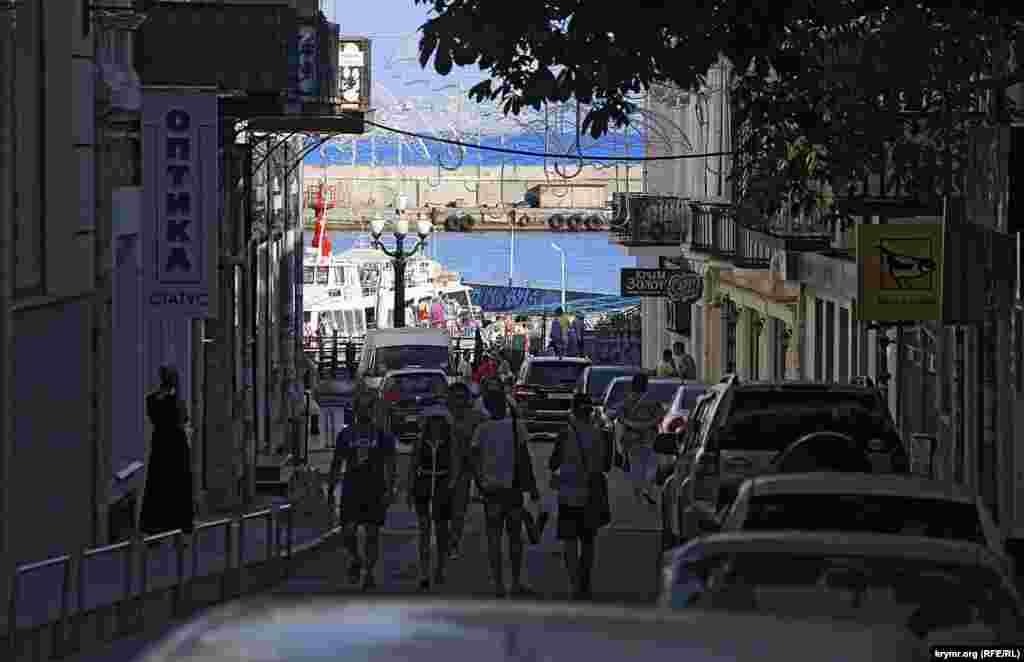 Іншим кінцем вулиця Морська впирається в порт
