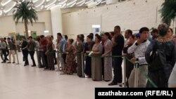 Aşgabat aeroportunda boş ýere bilet almak üçin garaşýan türkmenistanlylar.