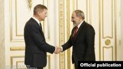 Премьер-министр Армении Никол Пашинян (справа) и вице-председатель Европейской комиссии, комиссар ЕС по делам единого цифрового рынка Андрус Ансип, Ереван, 7 марта 2019 г.