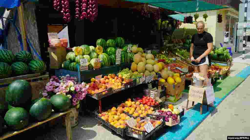 На місцевому ринку –різноманітність фруктів і овочів. За персики, урожай яких цього року в Криму досить непоганий, на відміну від інших кісточкових, включно з абрикосами й черешнею, продавці просять 80-100 рублів (від 30 до 35 гривень) за кілограм