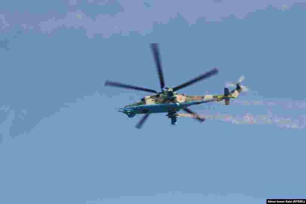 Неожиданное появление вертолетов вызвало неподдельное удивление у людей.