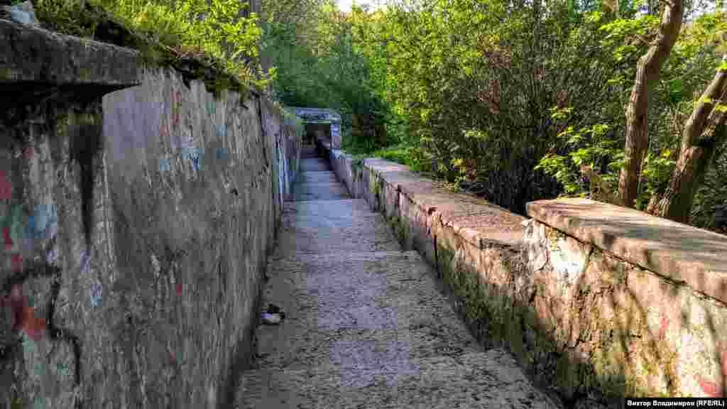 «Лестница любви» ‒ один из символов Симферополя на восточной окраине исторического центра города. Уже много лет она находится в запущенном состоянии