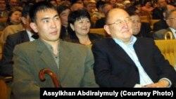 Алтынбек Сәрсенбайұлы мен Бауыржан Байбосын (сол жақта) концертте. Алматы, 2005 жыл.