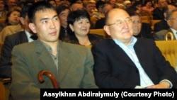 Алтынбек Сәрсенбайұлы (оң жақта) мен көмекшісі Бауыржан Байбосын концертте отыр. Алматы, 2005 жыл.