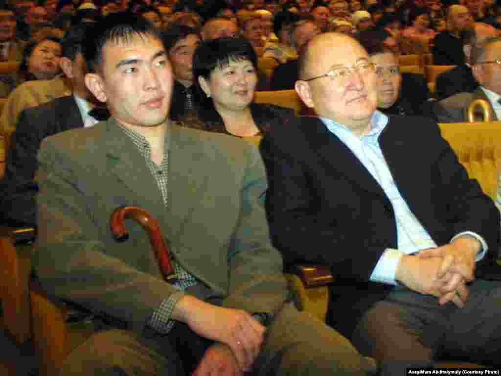 Алтынбек Сарсенбаев (справа) и его помощник Бауыржан Байбосын на вечере памяти композитора Шамши Калдаякова. Алматы, 2005 год.