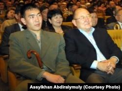 Алтынбек Сарсенбаев (справа) и Бауыржан Байбосын. Алматы, 2005 год.