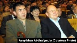 Алтынбек Сарсенбаев (справа) и Бауыржан Байбосын на вечере посвященный памяти композитора Шамши Калдаякова. Алматы, 2005 год.