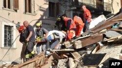 Рятувальники працюють на місці руйнувань внаслідок землетрусу в Італії, 24 серпня 2016 року