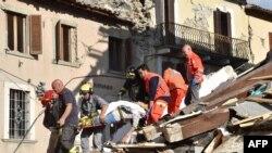 Спасатели разбирают завалы в городе Аматриче (Италия, 24 августа 2016 года)