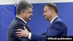 Президент України Петро Порошенко (л) та президент Республіки Польща Анджей Дауда під час саміту НАТО у Варшаві, 9 липня 2016 року