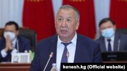 Первый вице-премьер-министр Кубатбек Боронов на заседании парламента. 4 июня 2020 года.