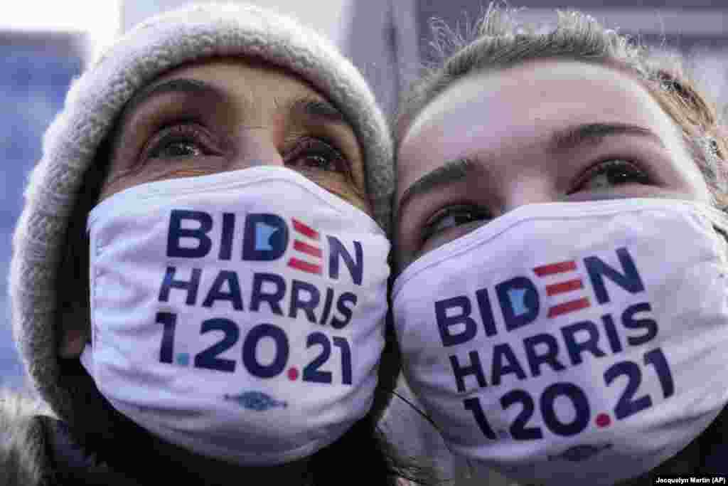 Прихильниці Джо Байдена Крістін Альверно і її дочка Джулія Крамп з Трої, штат Мічиган, США, намагаються хоч мигцем побачити обраного президента Джо Байдена