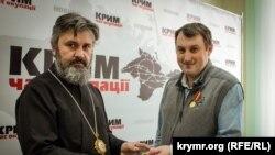 Архієпископ Климент (ліворуч) і Андрій Щекун (праворуч)