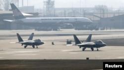 Стелс-бомбардировщики F-22 готовятся к взлету на американской авиабазе в Осане в Южной Корее. 3 апреля 2013 года.