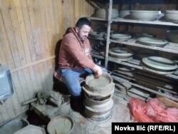 Pre četvrt veka lončarstvo je ponovo oživelo u Zlakusi i danas desetine porodica živi od njega. Najvažnije, sačuvan je tradicionalni način izrade zemljanih lonaca, šerpi, pekača